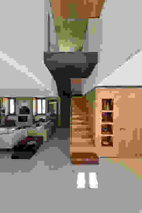 Pasillos, vestíbulos y escaleras modernos de Ricardo Moreno Arquitectos Moderno