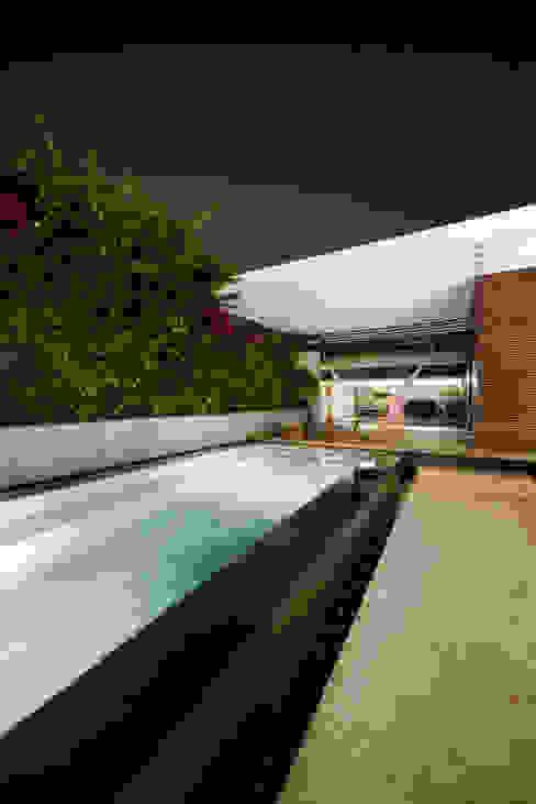 Casa em S. Pedro do Estoril: Piscinas  por Ricardo Moreno Arquitectos,