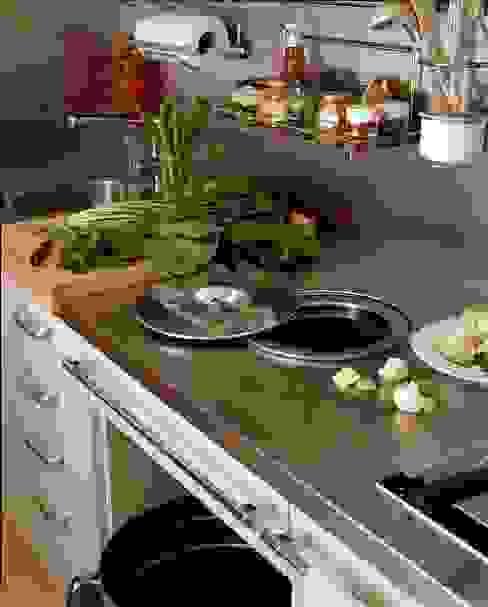Cubo de basura sobre la encimera: Cocinas de estilo  de DEULONDER arquitectura domestica,