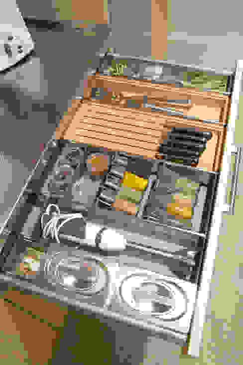 Cuchillos, especias y la batidora, cada cosa en su sitio: Cocinas de estilo  de DEULONDER arquitectura domestica,
