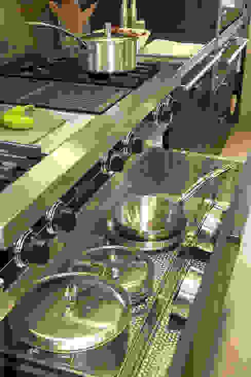 Gaveta para ollas y sartenes bajo los fogones Viking: Cocinas de estilo  de DEULONDER arquitectura domestica,