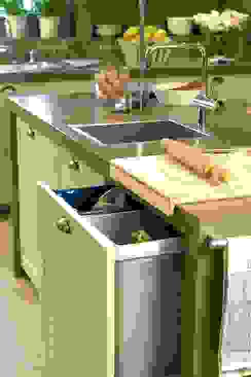 Cubos de reciclaje, junto a la fregadera Cocinas modernas: Ideas, imágenes y decoración de DEULONDER arquitectura domestica Moderno