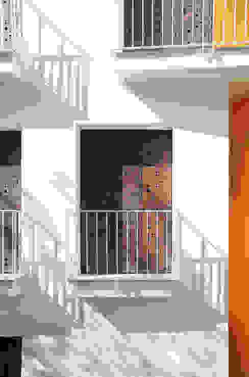 Casas de estilo moderno de Moduloquattro Architetti Associati Moderno