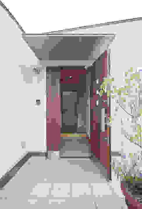 Cửa sổ & cửa ra vào phong cách hiện đại bởi 株式会社 atelier waon Hiện đại