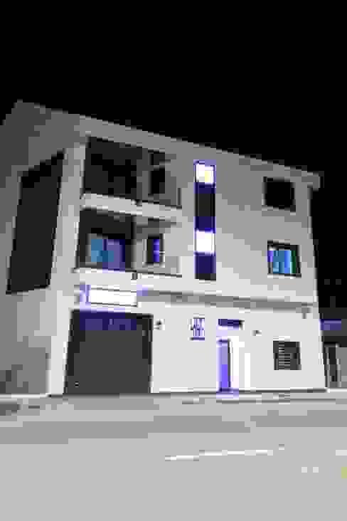 Fachada principal Casas de estilo moderno de construcciones y reformas Viguera Moderno