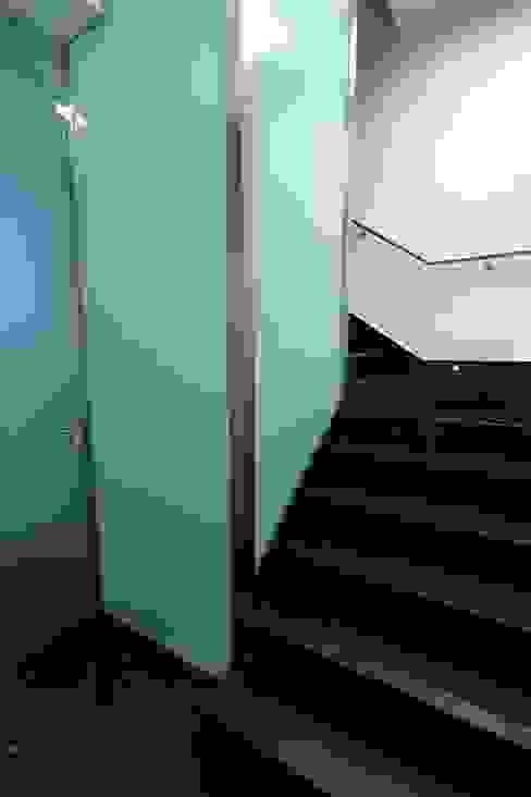 Escaleras Pasillos, vestíbulos y escaleras modernos de construcciones y reformas Viguera Moderno