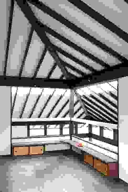 2階寝室: フィールド建築設計舎が手掛けた寝室です。,オリジナル 木 木目調