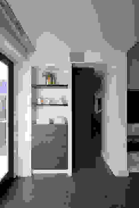 Salas de estar modernas por Medie Interieurarchitectuur Moderno Pele Cinza