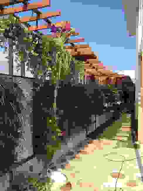 Pérgola Jardins modernos por maispaisagem Moderno Madeira Acabamento em madeira