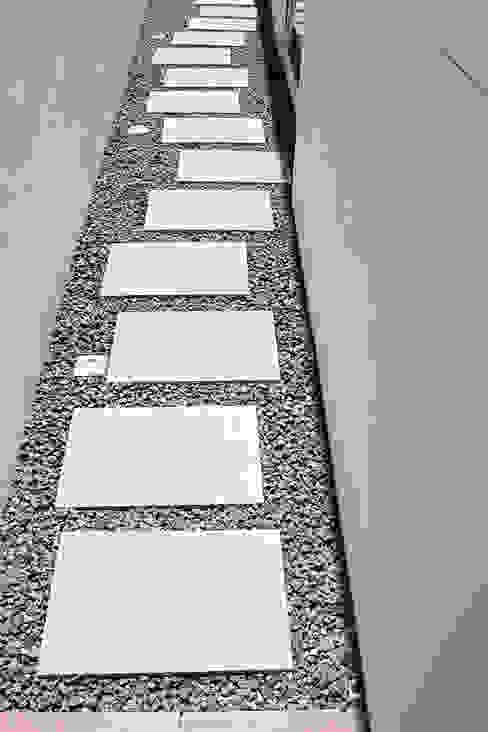 Minimalist style garden by PFS-arquitectura Minimalist