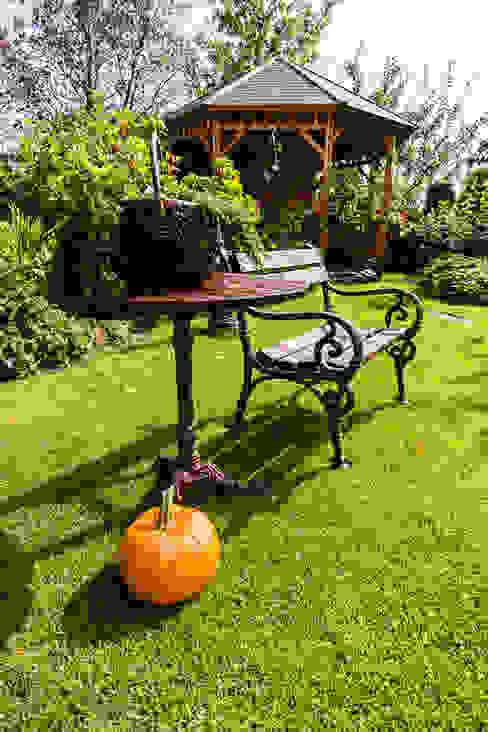 Classic style garden by Gzowska&Ossowska Pracownie Architektury Wnętrz Classic