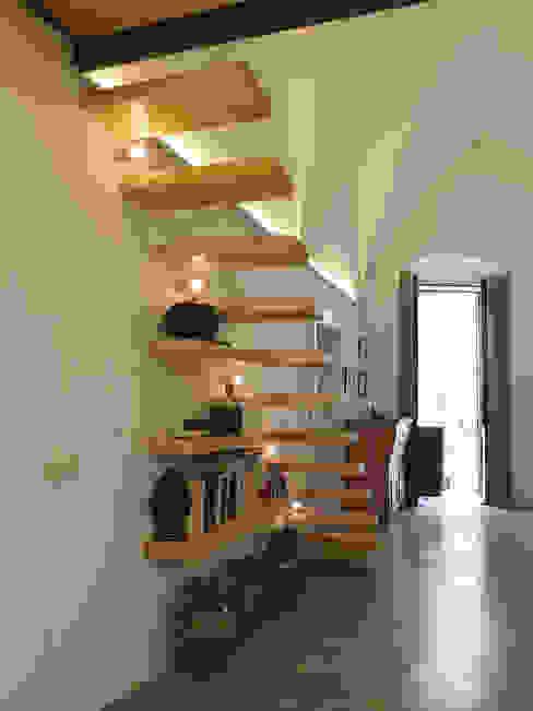 Pasillos, vestíbulos y escaleras mediterráneos de Ossigeno Architettura Mediterráneo