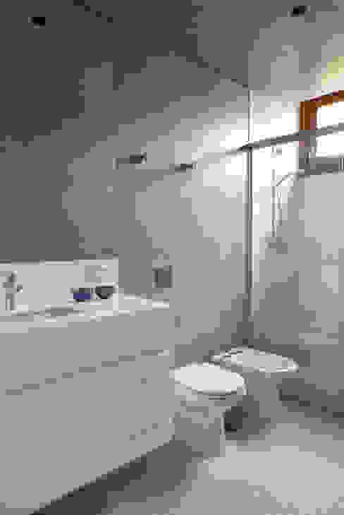 Casa Santa Cristina: Banheiros  por Bruschini Arquitetura