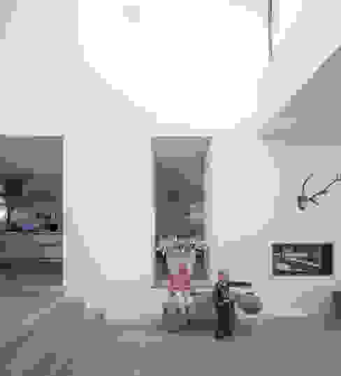 ห้องโถงทางเดินและบันไดสมัยใหม่ โดย De Zwarte Hond โมเดิร์น