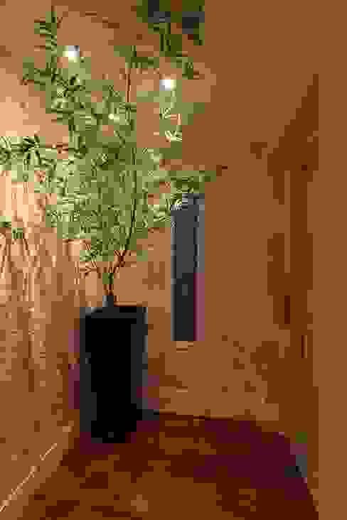 Danielle Tassi Arquitetura e Interiores Modern corridor, hallway & stairs