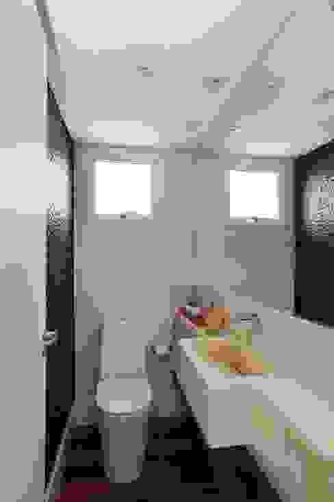 Danielle Tassi Arquitetura e Interiores Modern bathroom