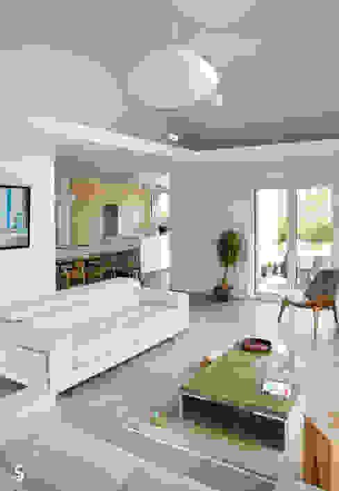 le jeu des espaces ouverts Salon minimaliste par Emilie Bigorne, architecte d'intérieur CFAI Minimaliste