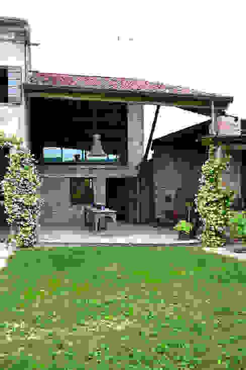 Ristrutturazione casa di campagna Balcone, Veranda & Terrazza in stile rurale di Bongiana Architetture Rurale
