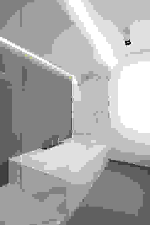 Z House Minimalist bathroom by EXiT architetti associati Minimalist Marble