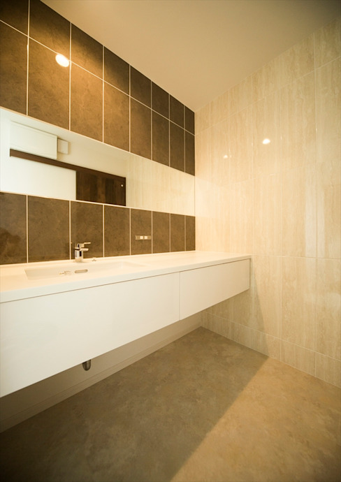 Modern Bathroom by ナイトウタカシ建築設計事務所 Modern
