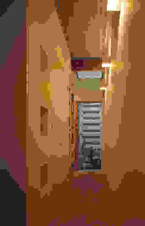 Corredores, halls e escadas modernos por atelier m Moderno