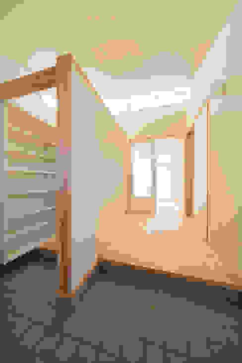 陽だまりの家: 有限会社 宮本建築アトリエが手掛けた廊下 & 玄関です。,オリジナル