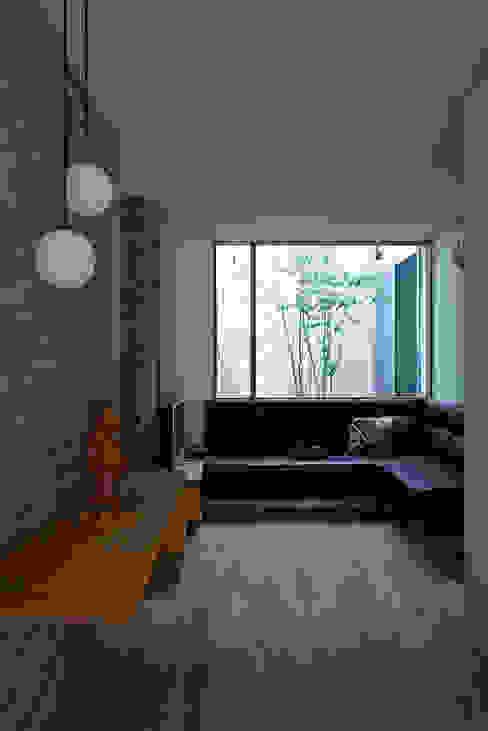 現代風玄關、走廊與階梯 根據 arc-d 現代風