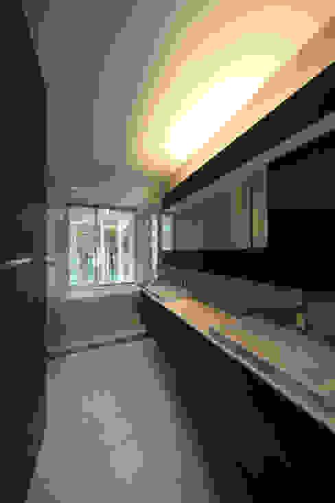 house in karuizawa モダンスタイルの お風呂 の 株式会社廣田悟建築設計事務所 モダン タイル