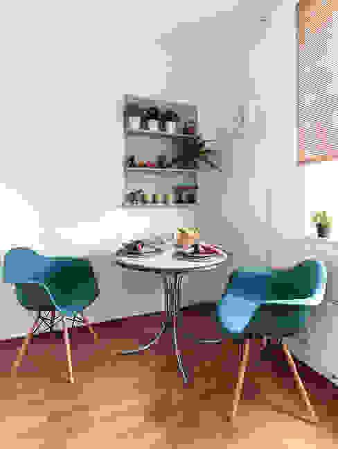 Однокомнатная квартира в Москве Кухня в скандинавском стиле от L'Essenziale Home Designs Скандинавский