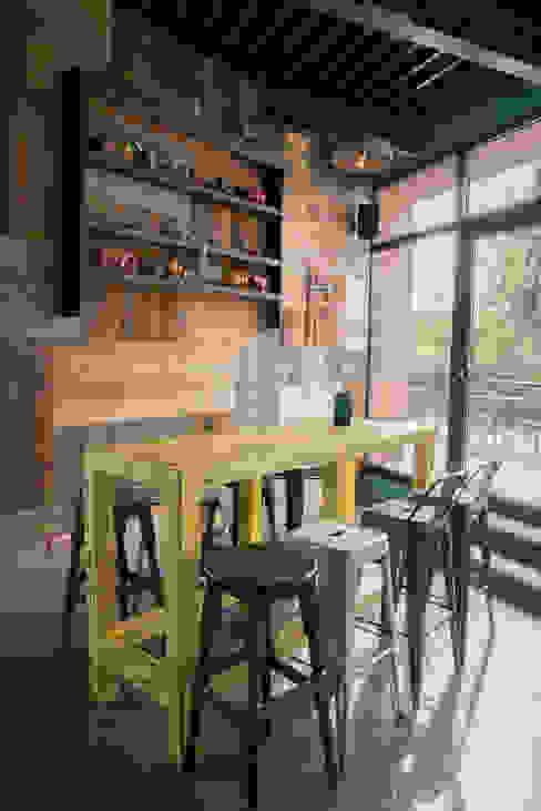 """Birreria """"SAN JOSé"""" Bar & Club in stile industrial di RI-NOVO Industrial Legno Effetto legno"""