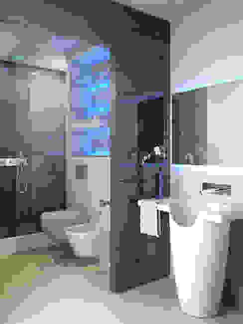 DiagrammaStudio Baños de estilo minimalista Vidrio Azul