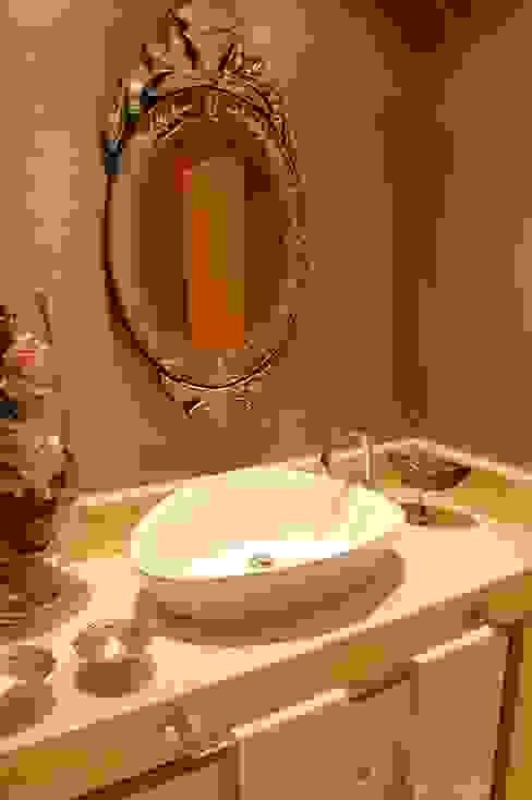 Ванная комната в эклектичном стиле от Critério Arquitectos by Canteiro de Sousa Эклектичный