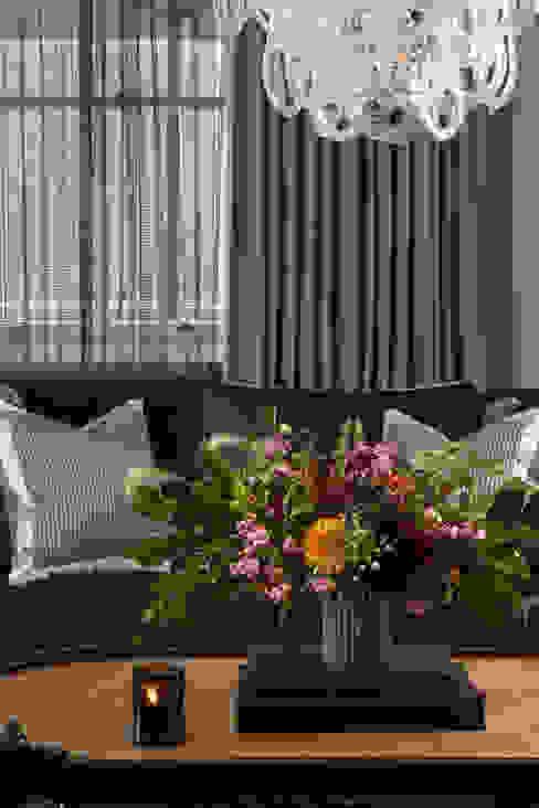 غرفة المعيشة تنفيذ Roselind Wilson Design, كلاسيكي