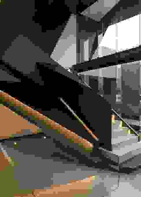 Pasillos y recibidores de estilo  por Nico Van Der Meulen Architects  , Moderno