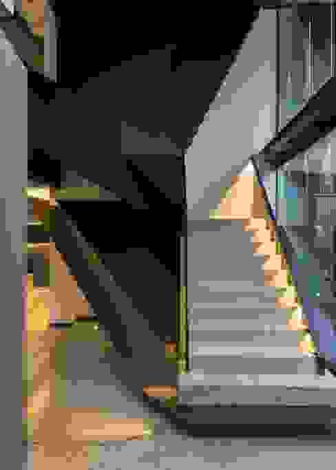 Pasillos y vestíbulos de estilo  por Nico Van Der Meulen Architects , Moderno