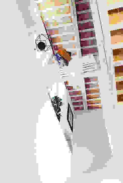 Casa Amalasunta Ingresso, Corridoio & Scale in stile mediterraneo di Ossigeno Architettura Mediterraneo