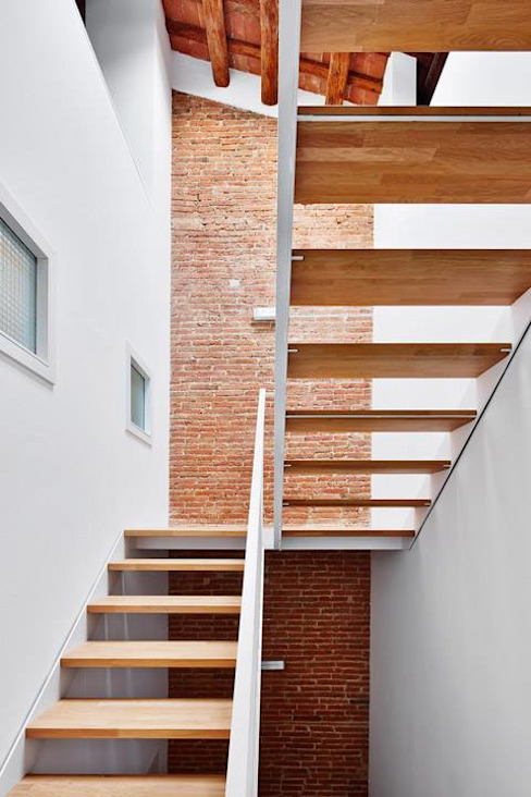 Couloir, entrée, escaliers minimalistes par Vallribera Arquitectes Minimaliste