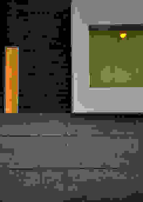 Detalle de fachada: Paredes de estilo  por fc3arquitectura, Moderno