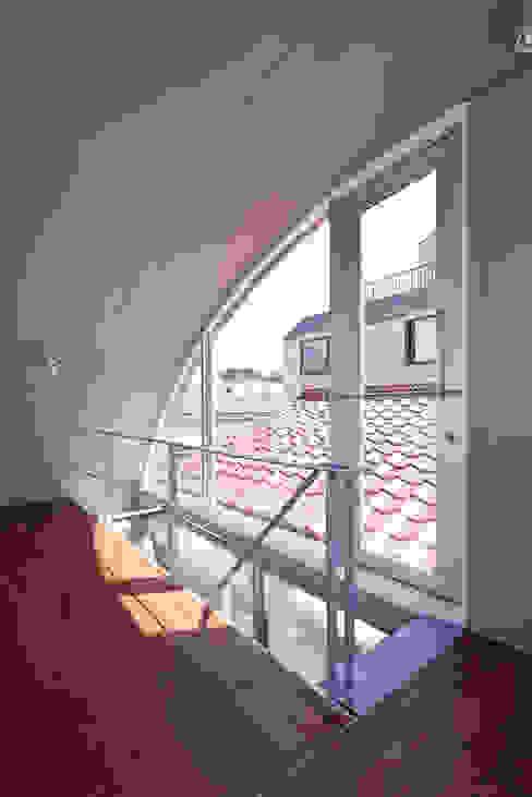 線と面の家:世田谷の狭小二世帯住宅 AIRアーキテクツ建築設計事務所 モダンスタイルの 玄関&廊下&階段