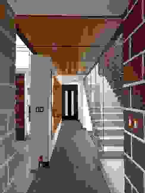 Pasillos y vestíbulos de estilo  por Home & House Studio