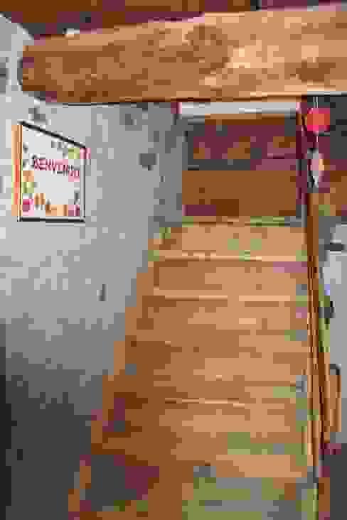 Коридор, прихожая и лестница в рустикальном стиле от Studio Zazzi Рустикальный