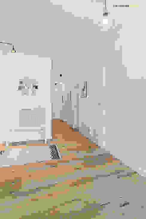 Dom jednorodzinny w Redzie Skandynawski korytarz, przedpokój i schody od PracowniaPolka Skandynawski