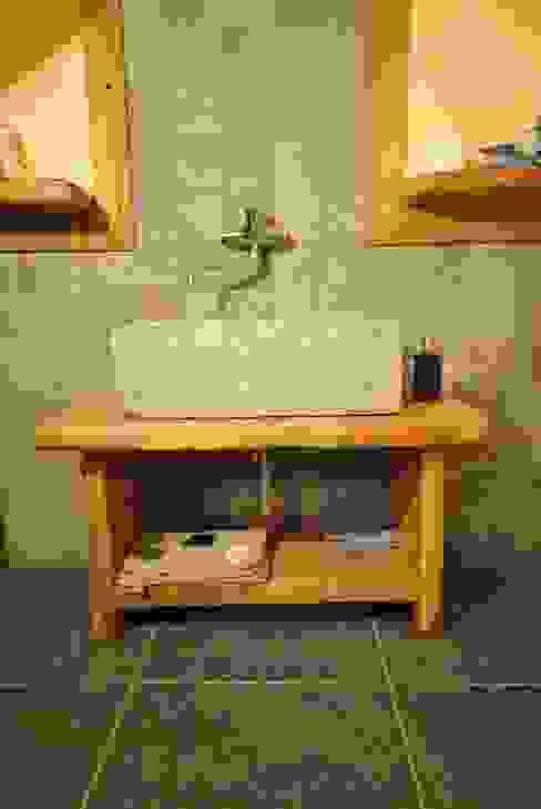 Lavandino in pietra Bagno in stile rustico di Sangineto s.r.l Rustico Pietra