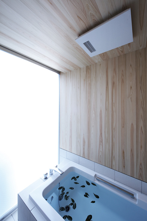 Modern style bathrooms by 株式会社廣田悟建築設計事務所 Modern Wood Wood effect