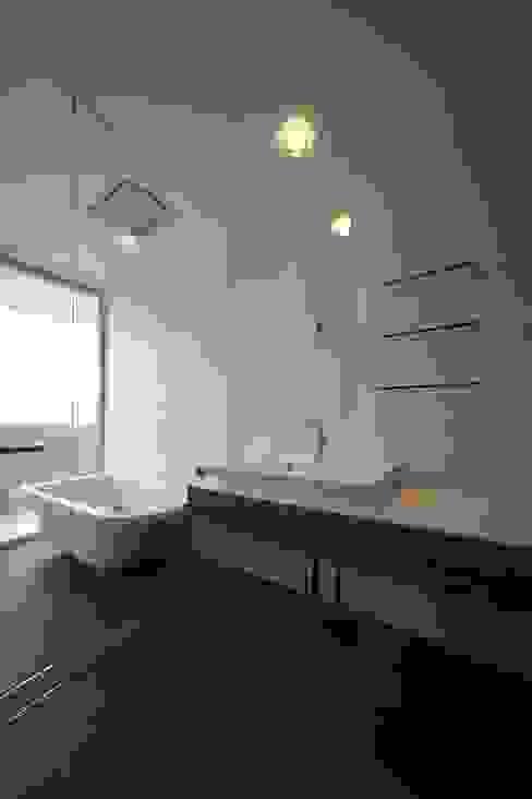Modern bathroom by 株式会社廣田悟建築設計事務所 Modern Tiles