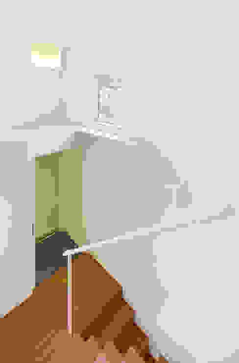 Corredores, halls e escadas modernos por OBBA Moderno
