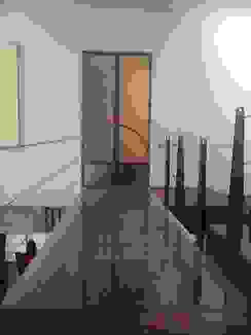 Casa Parral 62 simbiosis ARQUITECTOS Pasillos, vestíbulos y escaleras modernos