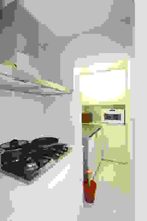 반짝이는 드레스룸과 대면형 주방인테리어_30py: 홍예디자인의  주방,모던