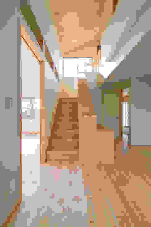 郊外の家 オリジナルスタイルの 玄関&廊下&階段 の 有限会社 宮本建築アトリエ オリジナル