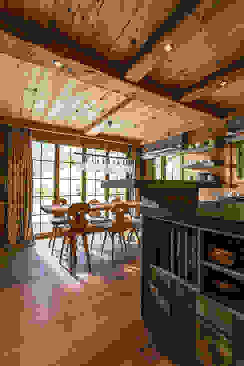 Küche in Altholz Rustikale Küchen von RH-Design Innenausbau, Möbel und Küchenbau Aarau Rustikal Holzwerkstoff Transparent